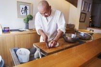 Koch arbeitet in einer kleinen gewerblichen Küche — Stockfoto