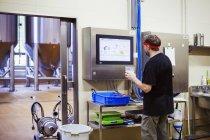 Пивовар тестирует пиво . — стоковое фото