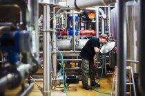 Mann arbeitet in einer Brauerei — Stockfoto