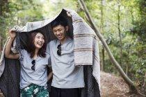 Coppia con coperta sopra le loro teste . — Foto stock