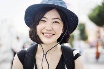 Femme souriante, portant un chapeau — Photo de stock