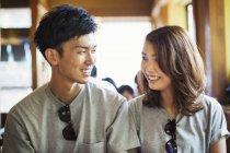 Усміхаючись молода пара — стокове фото