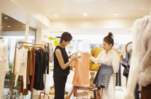 Women working in a fashion boutique — стоковое фото