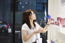 Shop selling Edo Kiriko cut glass — Stock Photo