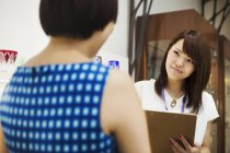 Vendedora venta Edo Kiriko corta vidrio - foto de stock