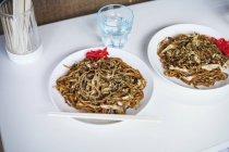 Dos platos de fideos Soba - foto de stock