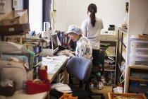 Зріла жінка в офісі — стокове фото
