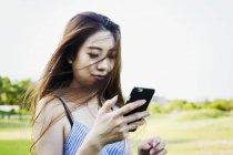 Mulher segurando um celular. — Fotografia de Stock