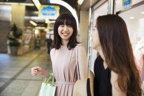 Женщины в торговом центре — стоковое фото