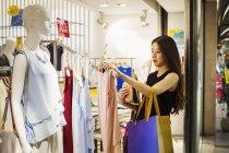 Жінка в магазин одягу. — стокове фото