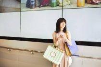 Donna con shopping bags. — Foto stock