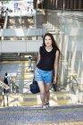 Donna che cammina su una scalinata. — Foto stock