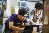 Uomini che usando un computer portatile — Foto stock
