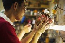 Ремесленник в мастерской производителя стекла — стоковое фото