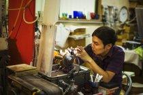 Artisan à l'aide d'une ponceuse — Photo de stock