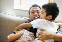 Мужчина обнимает дочь и сына — стоковое фото