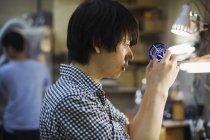 Ремесленник за работой в мастерской стеклодува — стоковое фото