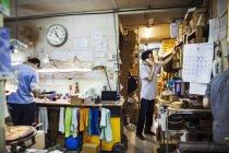 Люди на работе в мастерской стекла чайник — стоковое фото