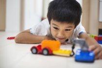 Jungen spielen mit Autos — Stockfoto