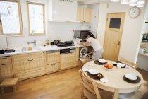 Mujer preparando una comida en una cocina . - foto de stock