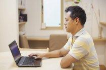 Homem usando um laptop. — Fotografia de Stock