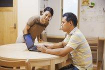 Чоловік і жінка з ноутбуком — стокове фото