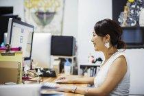 Femme travaillant dans le Studio de Design — Photo de stock
