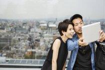 Homme et femme tenant un selfie — Photo de stock