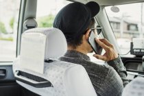 Homme en voiture à l'aide de téléphone intelligent — Photo de stock