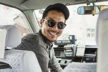 Мужчина в солнцезащитных очках в машине — стоковое фото