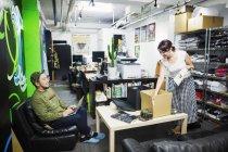 Люди, работающие в студии дизайна . — стоковое фото