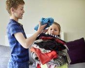 Servicio de lavandería clasificación Boy - foto de stock