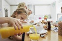 Famiglia seduto a colazione — Foto stock