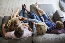 Familie zu Hause sitzen auf einem Sofa zusammen — Stockfoto