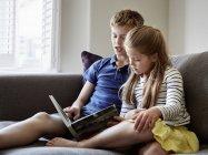 Niños leyendo un libro . - foto de stock