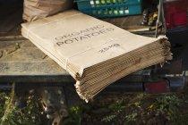 Pilha de sacos de papel impresso vegetal — Fotografia de Stock