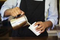 Milch in Pappbecher gegossen — Stockfoto