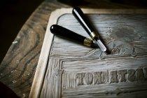 Hoja de linóleo y herramientas de corte - foto de stock