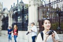 Japonês mulher furando câmera — Fotografia de Stock