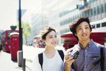 Японский мужчина и женщина идут по улице . — стоковое фото