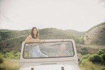 Mujer de pie en jeep - foto de stock