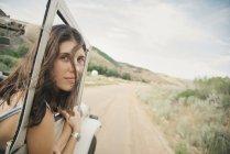 Donna che si appoggia jeep in movimento — Foto stock
