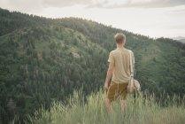 Homem de pé nas montanhas — Fotografia de Stock