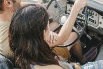 Paar im Jeep mit offenem Verdeck sitzt — Stockfoto
