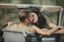 Пара целоваться в джип — стоковое фото