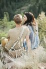 Couple in the mountains, sitting — Stock Photo