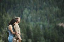 Пара стоит обнимая — стоковое фото