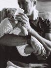 Отец колыбель маленький ребенок — стоковое фото