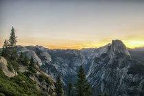 Chaîne de montagnes dans la vallée de Yosemite — Photo de stock