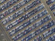 Машины, припаркованные рядами — стоковое фото